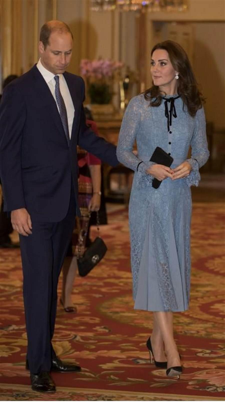 英國凱特王妃在上月公開懷孕喜訊後,10日首度公開露面,她一身粉藍洋裝,腹部微微隆起,看起來氣色絕佳。(美聯社)