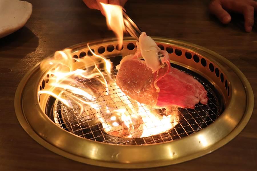 乾杯燒肉居酒屋「A5等級薄切和牛沙朗」油脂含量豐富,甫放上烤網火光四射。(徐力剛攝)