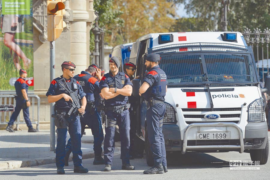 西國當局也在周邊部署了大批武裝警察,並以警車擋住議會入口處,防堵民眾在此聚集。(路透)