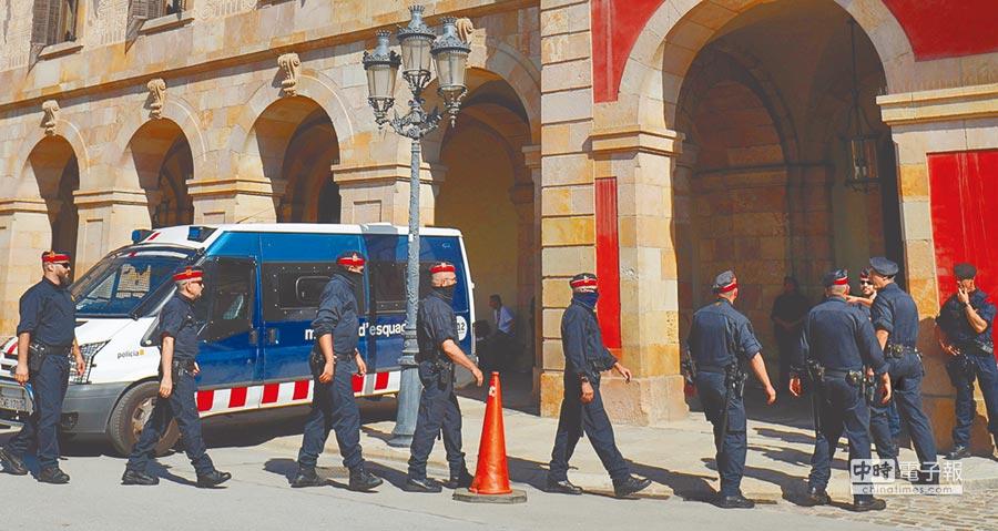 西班牙加泰隆尼亞自治區政府主席普伊格蒙特10日在自治區議會發表談話前,加泰隆尼亞當地警方出動警力維護安全。(法新社)