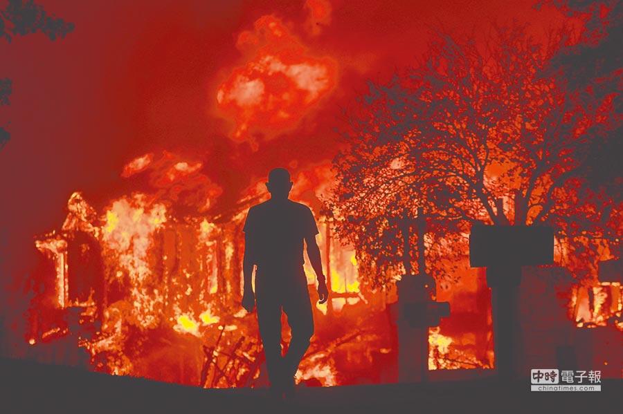 美國北加州森林大火肆虐,造成至少11人死亡,逾1500棟民房和商業建築被燒毀。圖為災情嚴重的聖羅莎市方廷格羅夫社區的居民9日只能看著家園被大火吞噬。(美聯社)