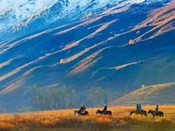 穿行荒漠 翻越雪域 北疆秋色美如畫
