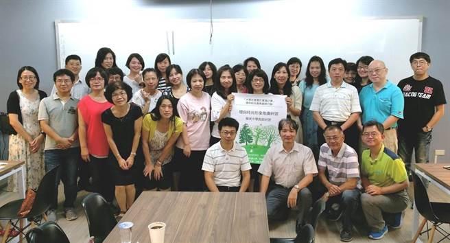 嶺東中學教師踴躍參加嶺東科大為「大學社會責任實踐計畫」舉辦的環保時尚形象推廣研習營。(嶺東科大提供)