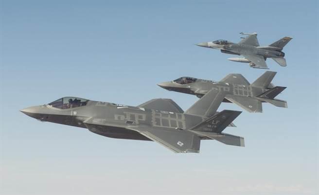 澳洲皇家空軍F-35A戰機2016年1月在美國亞利桑那州路克空軍基地(Luke Air ForceBase)上空的試飛任務中,與美國空軍F-35及F-16戰機形成編隊。(圖/澳洲皇家空軍)