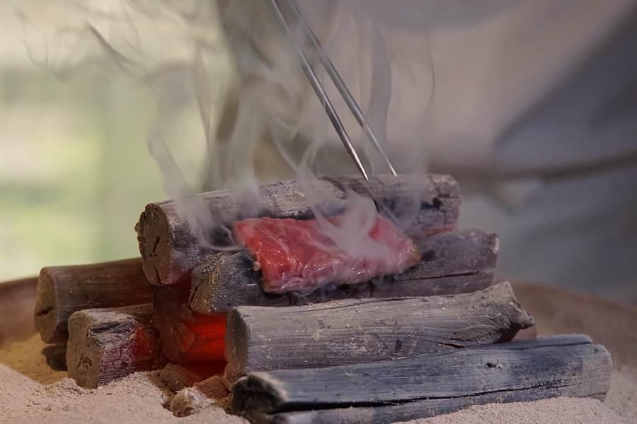 將神戶牛直接放在備長炭上炙烤,可讓牛肉表層烤出酥香焦脆口感。(圖/姚舜攝)