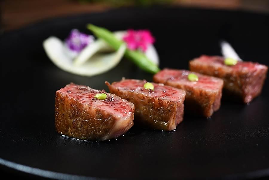美福飯店〈GMT〉義法餐廳主廚以香煎方式將神戶牛肋眼與肋眼上蓋煎至3至5分熟,僅用海鹽提味就很好吃。(圖/姚舜攝)