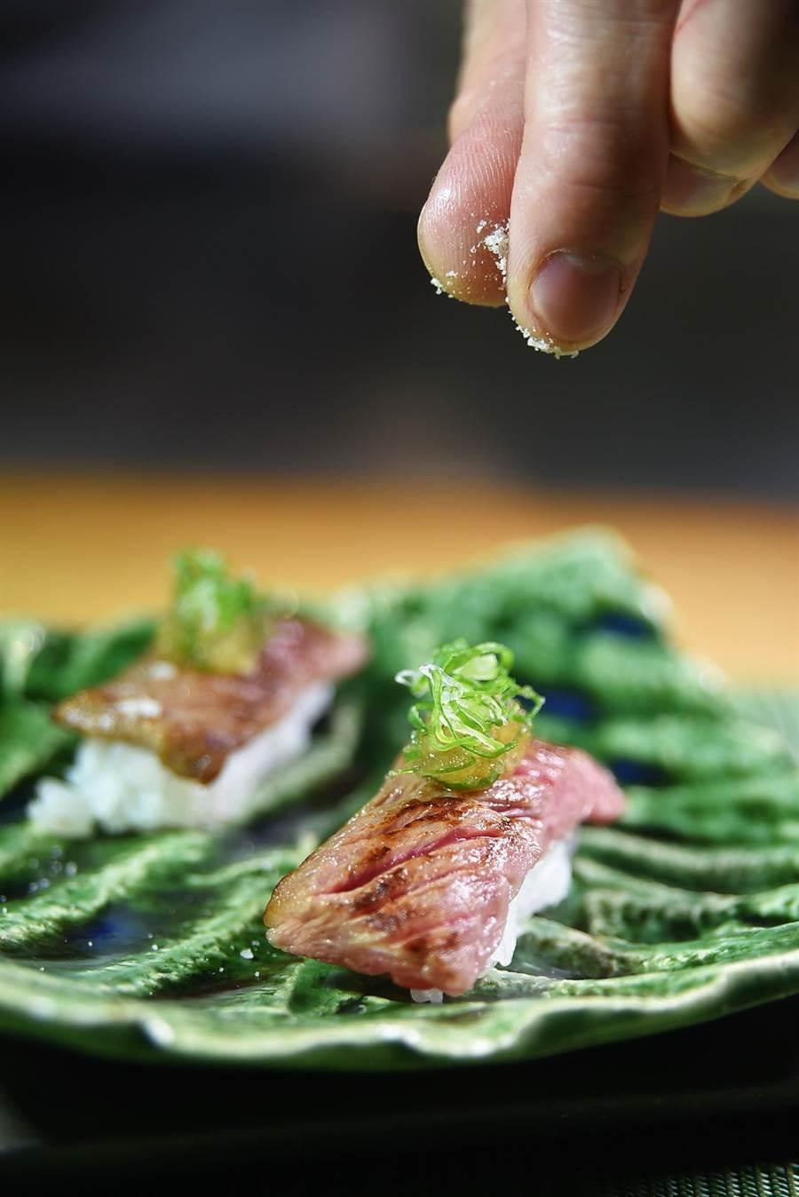 用香煎神戶牛搭配醋飯作的握壽司,風味與口感比鮪魚大腹握壽司更吸引人。(圖/姚舜攝)