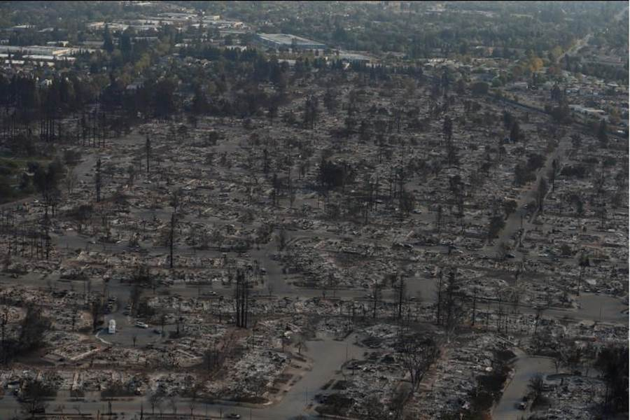 加州聖羅莎被野火摧毀的區域。(路透社)