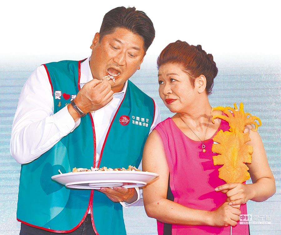 中信慈善基金會董事長辜仲諒(左)與炸魷魚攤老闆許宴庭合影。(陳君瑋攝)