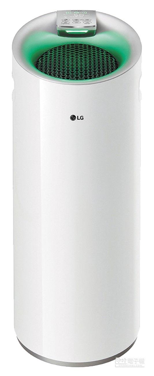 新光三越台北信義新天地LG空氣清淨機,原價1萬7900元、特價1萬5900元,23日買3送1,限量20組80台。(新光三越提供)
