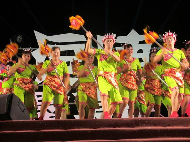 左營萬年季規畫台客舞競賽,昨晚健康活力組決賽,各隊精彩演出毫不相讓。(高市民政局提供)