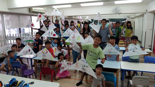 創客小荳科技團隊積極在校舉辦創客體驗,也勤跑中小學營隊推廣創客教育。(創客小荳科技團隊提供)