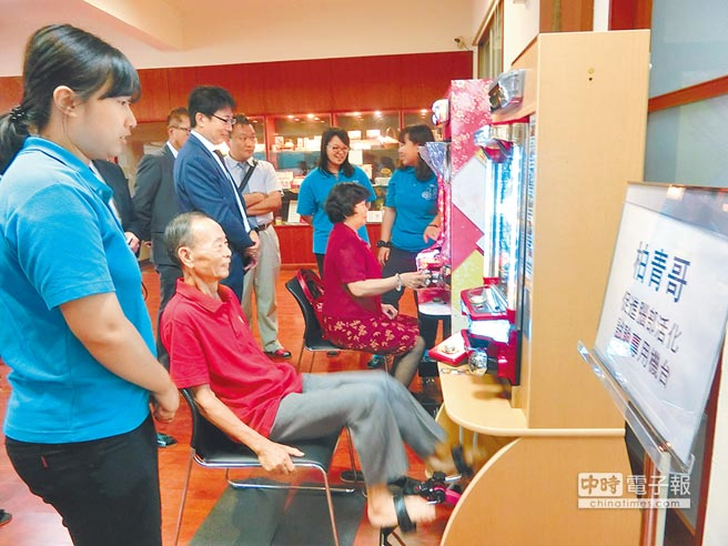 嘉南藥理大學引進日本改良、可用手腳操作的柏青哥、柏青嫂,台日將攜手研究,未來希望擴大造福更多老人,延緩失智。(曹婷婷攝)