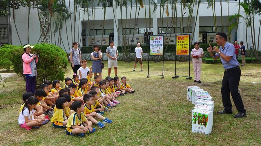 霧峰國小校長陳榮錦(右)仔細解說貓頭鷹生態,孩子們聽得津津有味,達到生態教育向下扎根的目的。(林欣儀攝)