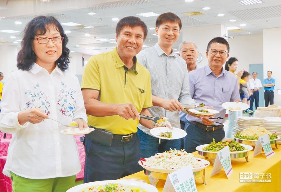 農糧署南部分署長姚志旺(右一)發現恆春半島的有機發展性,利用整合完成的資源一同打造有機半島。(謝佳潾攝)