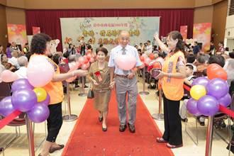 中市西屯區表揚113對金、鑽婚夫妻 牽手走紅毯