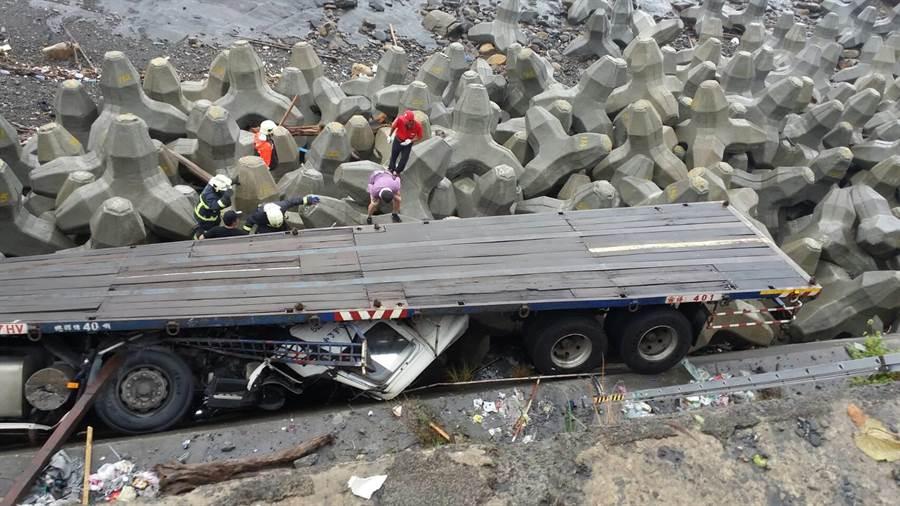 拖板車掉下貢寮4米深懸崖。(新北消防局提供)