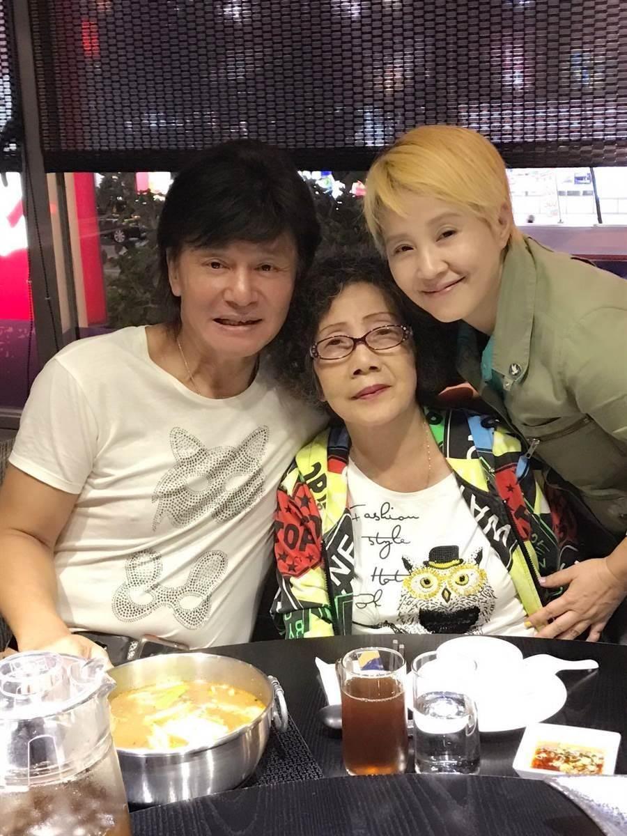 李明依帶媽媽到藍文青的店內品嚐。(藍寶寶提供)