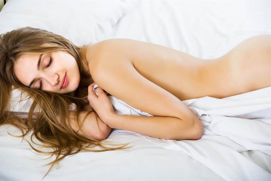 人妻在家與小王床戰後,下半身沒穿睡覺,丈夫返家見妻子裸睡習慣異常,經逼問果真揭發妻子偷情。(示意圖\Shutterstock)