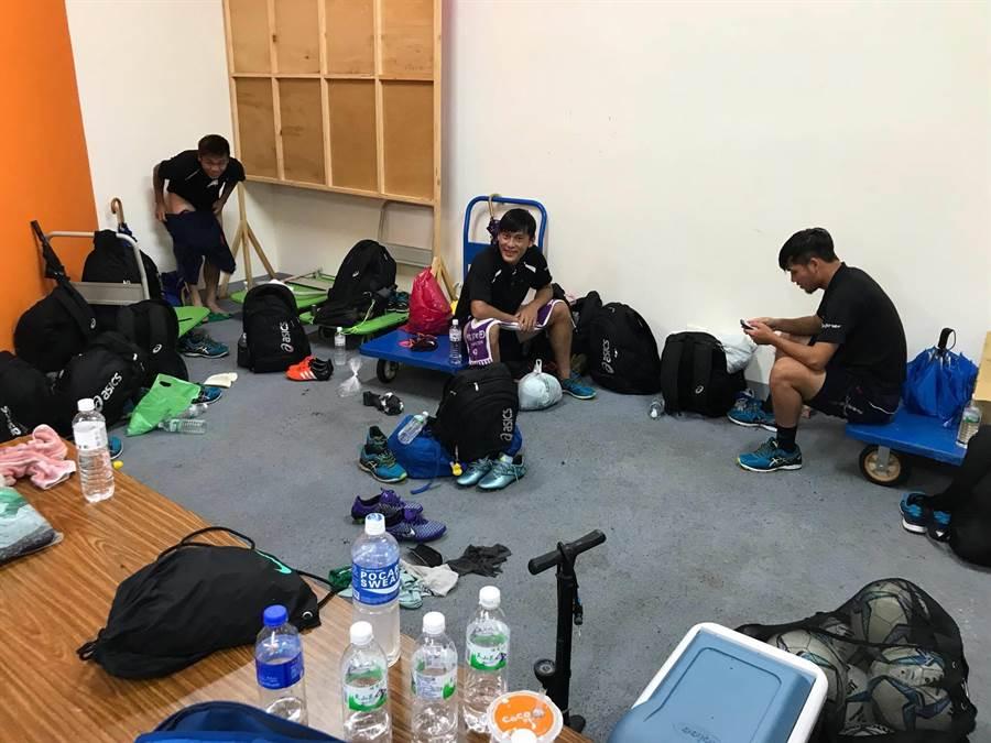 輔大足球場的球隊更衣室因尚未驗收不外借,台電球員只能利用看台1樓的穿堂與走廊空間,有些難堪的更換服裝。(李弘斌攝)