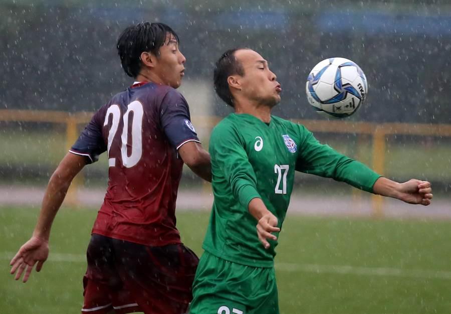 台電老將方靖仁(右)在大雨中與輔大航源球員拚搶。(李弘斌攝)