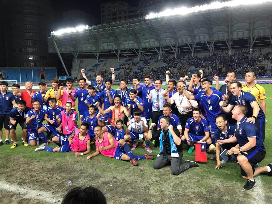 中華男足在亞洲盃資格賽逆轉擊敗巴林,全隊賽後興奮合影,但台北田徑場的草皮狀況極差,從照片下方一覽無遺。(資料照片/李弘斌攝)