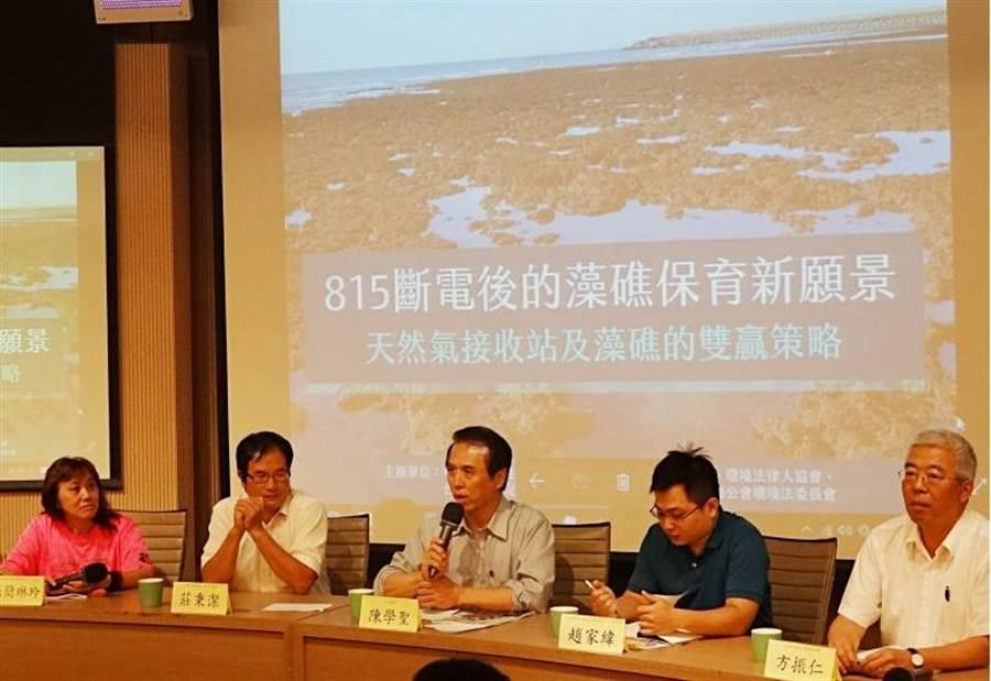 中油副總經理方振仁(右)14日表示,目前觀塘工業區是第三天然氣接收站首選,藻礁的異地生態復育成否,會加強論述。(圖/中央社)