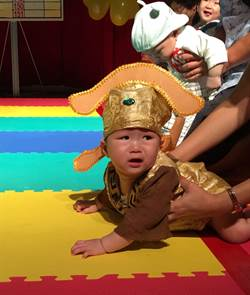 宏其婦幼醫院24周年慶 寶寶造型爬行比賽萌翻