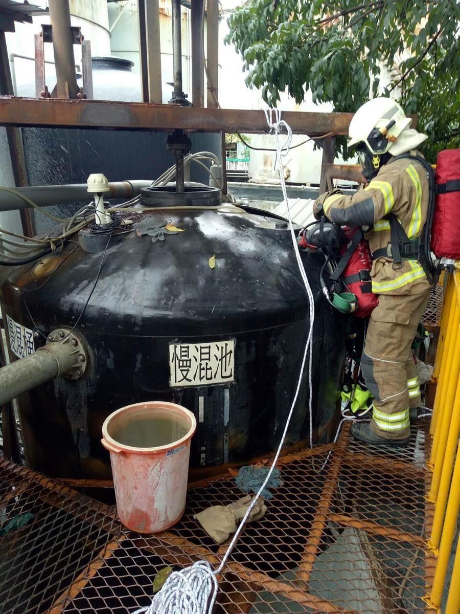 消防人員正在現場通風排氣,設法搬移2名外勞的大體。(萬于甄翻攝)