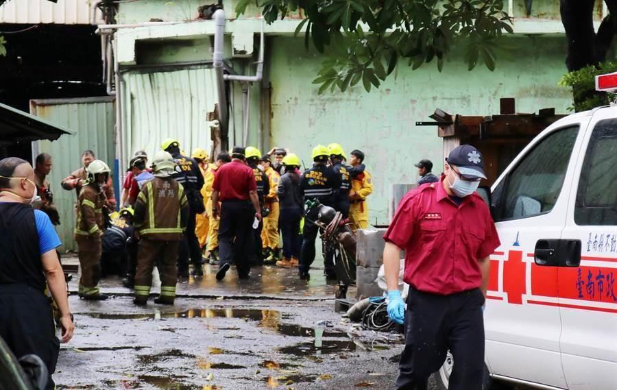 消防人員抵達現場時,在空氣中檢測出硫化氫氣體,該氣體屬有毒易燃氣體,讓消防弟兄在救援時,不敢大意,全程戴著口罩及防護裝備。(萬于甄攝)