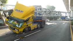 沒注意高度 貨櫃車撞上限高鐵架