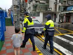 4歲男童獨自溜出家門玩 熱心警協助返家