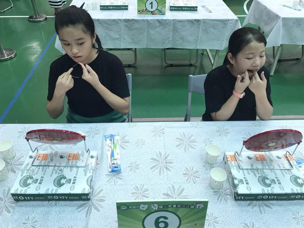 幸福國小17日特別辦理學生「口腔保健潔牙賽」進行行前觀摩。(葉臻攝)