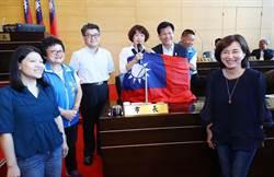 林佳龍包覆國旗說「愛中華民國」 國民黨議員給予掌聲