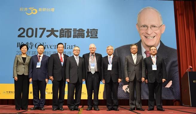 行政院副院長施俊吉(左4)16日出席「2017大師論壇」。(行政院提供)