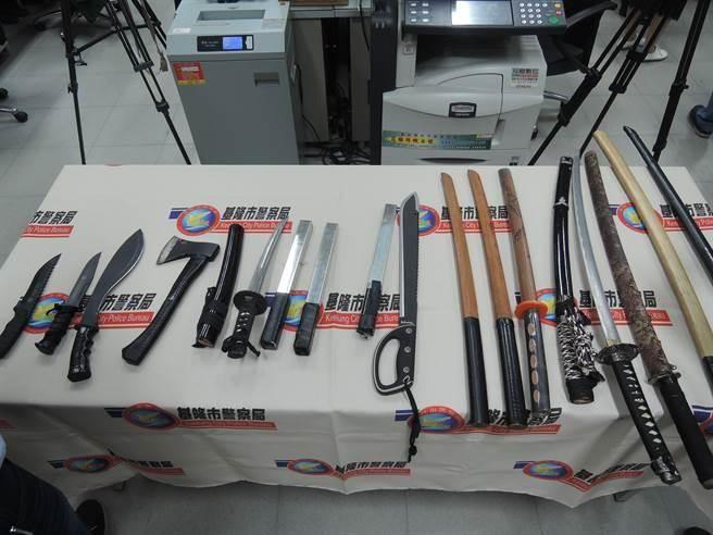 基隆市二分局查獲「財神企業公司」所持有的武士刀、開山刀、斧頭等刀械。(張穎齊攝)