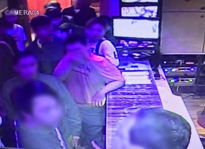 基隆市警方5月24日突擊「財神企業公司」基地,將嫌犯逮捕歸案。(張穎齊翻攝)