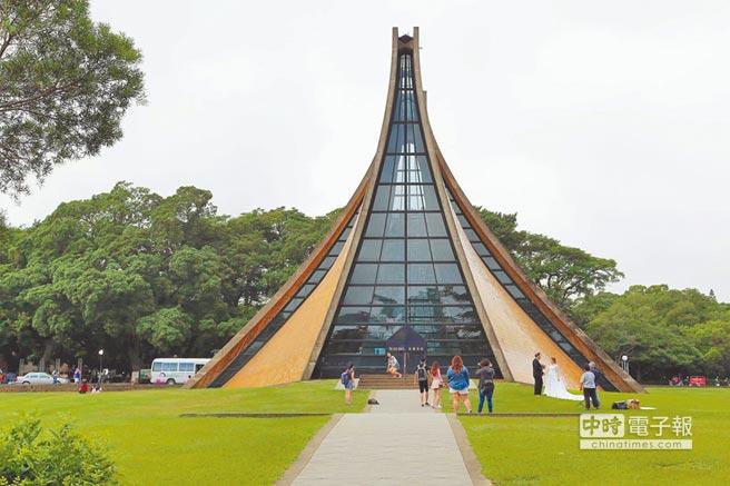 東海大學路思義教堂,是台中市著名地標之一,不少新人喜歡來此拍婚紗,現被列為台中市市定古蹟。(馬瑞君攝)