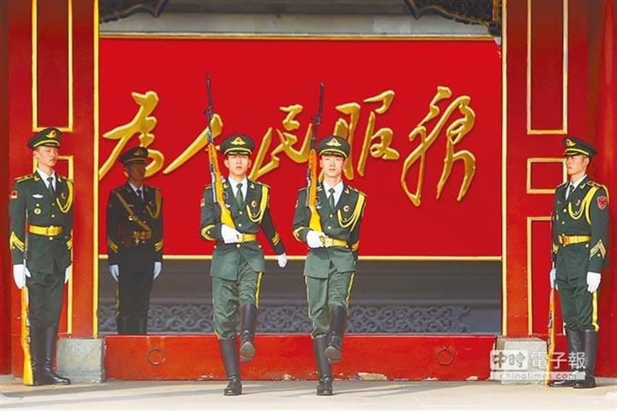 中共19大即將在18日召開,習近平政治報告涉台論述備受關注,北京市各項維穩管控措施升級,中南海正門新華門口衛哨交接,持續警戒周邊安全。(中央社)