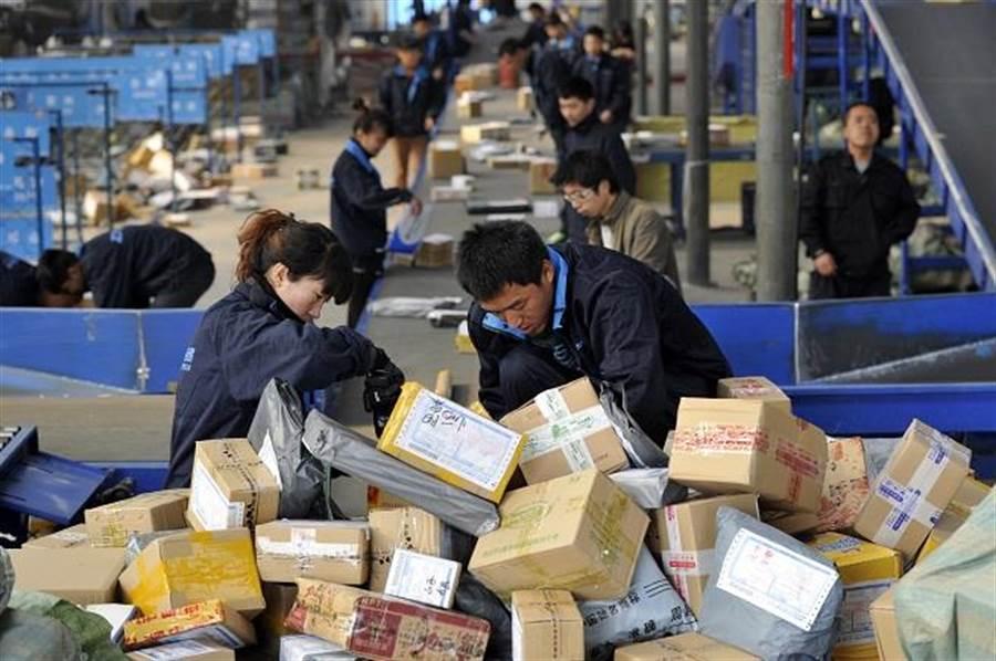 雙十一全民網購狂歡節前,不少快遞員轉行送外賣。(圖/中新社)