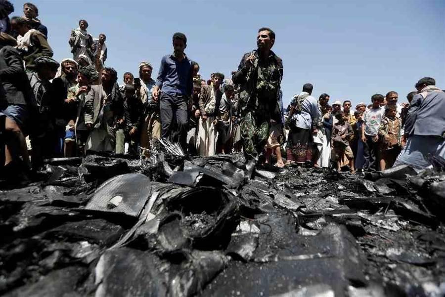 葉門叛亂組織胡塞收集到的無人機殘骸。(路透社)