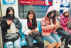 驚!吃飯滑手機 中毒機率恐增