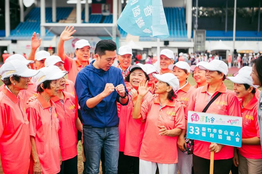 新竹市政府日前舉辦長青運動會,遭市議員抨擊在雨中彩排,還安排長輩排隊與市長握手合照,市府18日聲明澄清,議員評論是不實及誤解。(陳育賢翻攝)