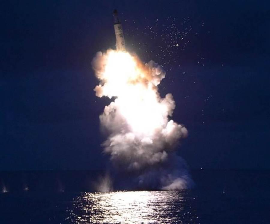 美方情報顯示,北韓正在打造超過2,000噸的新型潛艇,可能與試射飛彈有關,圖為平壤2016年8月25日成功試射潛射飛彈的畫面。(圖/新華社)
