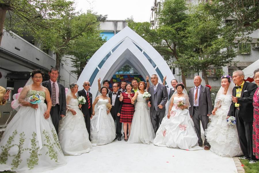6對結婚超過50年的老夫妻,重新穿上西裝、披上白紗,體驗「重當新人」的甜蜜。(林欣儀攝)