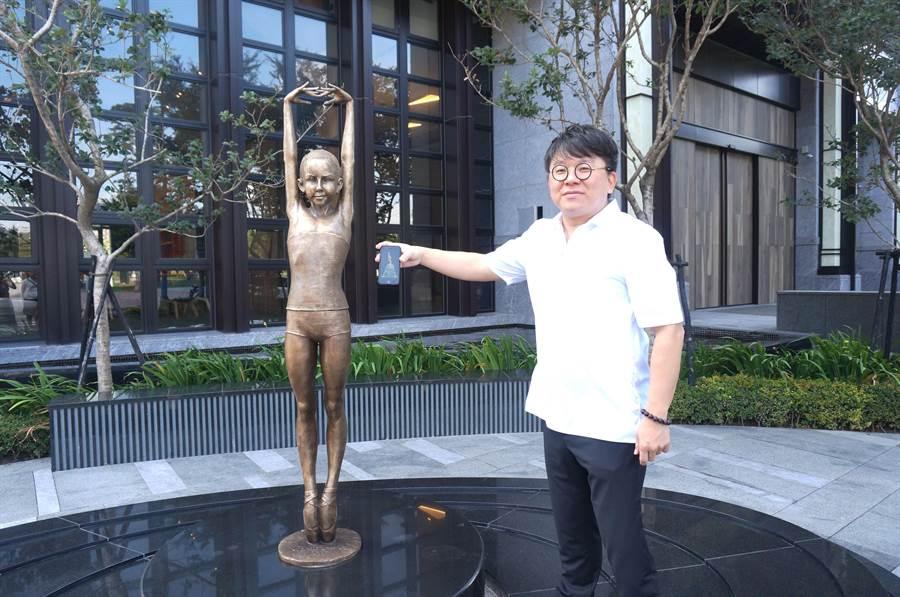 久樘開發董事長特助李晉豪驚艷波蘭雕塑家馬烏戈熱塔創作的可愛芭蕾舞者。(盧金足攝)