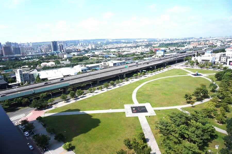 「久樘瑞璽」坐擁8000多坪的西大墩公園。(盧金足攝)