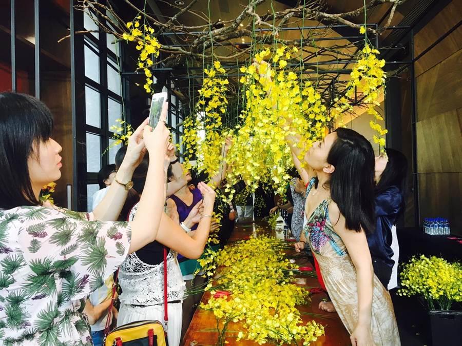 「久樘瑞璽」舉辦「秋宴 花之棚」,邀請到花藝大師凌宗湧分享插花技巧,串連人與自然、建築。(盧金足攝)