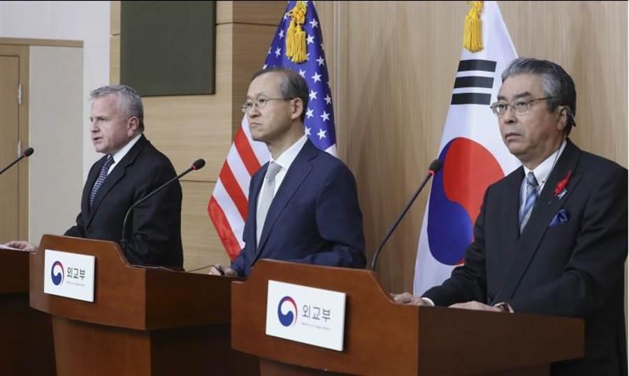 美國副國務卿沙利文(左起)、南韓外交部次長林聖男,以及日本外務省事務次官杉山晉輔,18日出席在南韓舉行的三國次長會議。三人在會後聯合記者會重申,優先以外交途徑解決北韓核威脅。(美聯社)