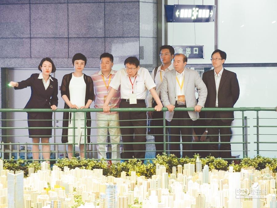 台北市長柯文哲赴上海參加雙城論壇時,參訪上海城市規劃展示館。(本報資料照片)